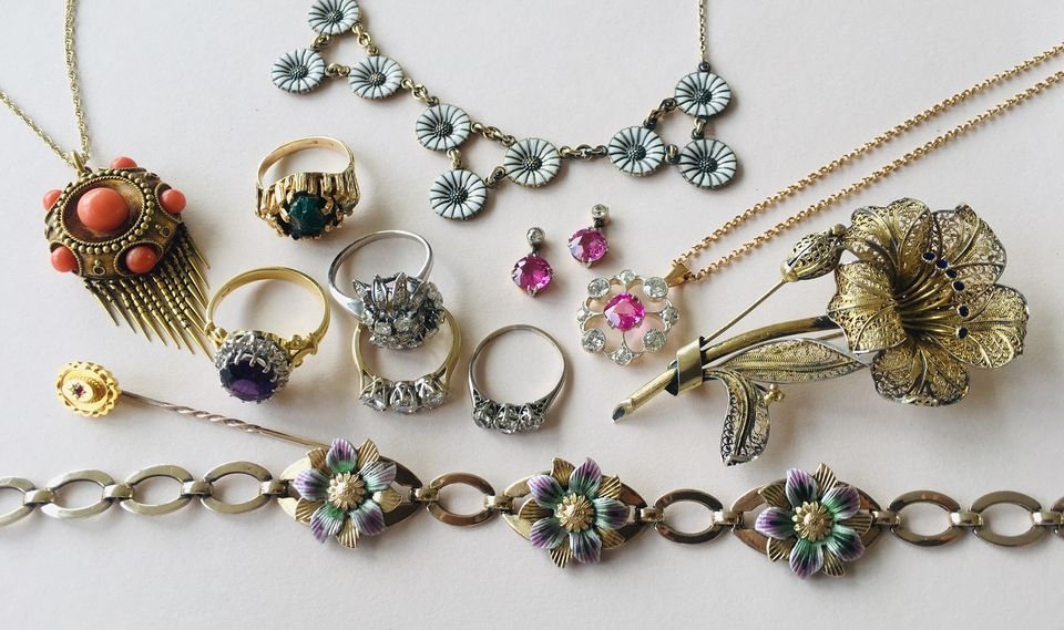 Things to consider while buying vintage jewelry online